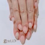 (gratify)乳白色とうっすら苺ミルク色のシンプルネイル